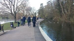 En avkopplande promenad längs ån Ver