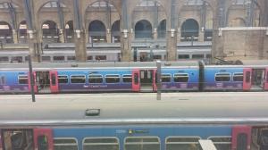 Tågen på King's Cross syns nedanför pubfönstren