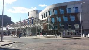 Skottlands ganska fula parlamentsbyggnad i Edinburgh