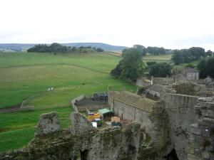 Från slottet ser du rakt ner i ett galoppstall och ibland även hur de som här rider ut.
