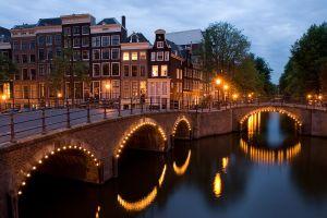 Lås in bagaget och ta båten utanför Cenralen i Amsterdam Foto: Massimo Catarinella