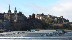 Taket på Waverley station nedanför Edinburghs slottsklippa