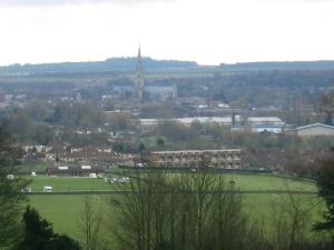 En trist vinterbild visar iallafall hur nära Salisburys nya katedral byggdes.