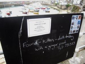 Byns anslagstavla i hamnen med typiska meddelanden både från trutar och människor.