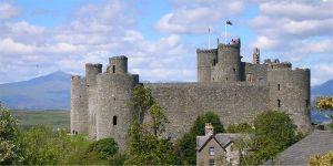 Harlech Castle och Snowdon  Foto: Oosoom