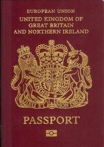 Redan på första sidan ser du i vems namn du får hålla brittiskt pass.
