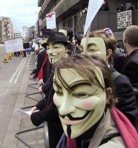 Demonstranter i masker  Foto: James Harrison