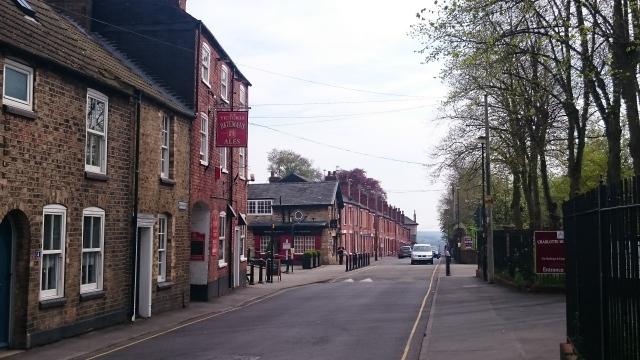 Puben sedd från Union Road innan backen tar över längre ner