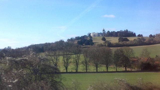 St Lawrence Church och mausoléet på West Wycombe Park från tåget