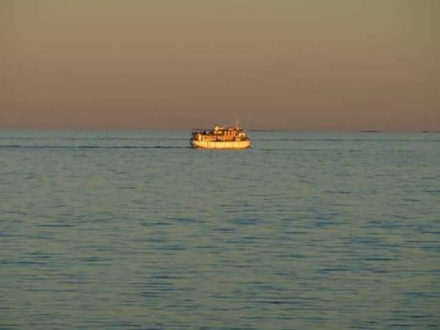Semesterkväll i mitt älskade Sörmland där kanalbåtarna tuffar förbi.