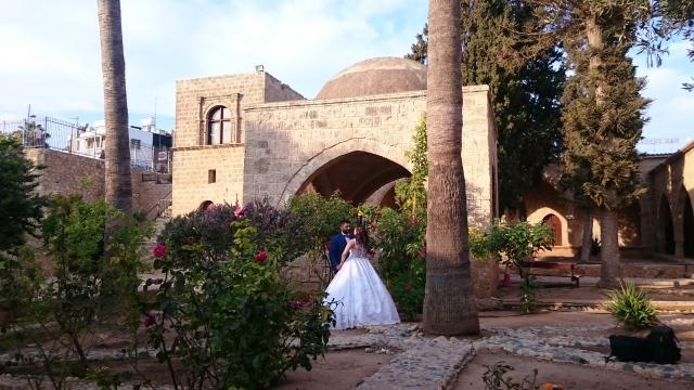 Bröllopspar i klosterträdgården